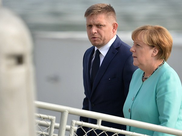 Summit lídrů 27 zemí Evropské unie se konal 16. září v Bratislavě. Na snímku je slovenský premiér Robert Fico a německá kancléřka Angela Merkelová.