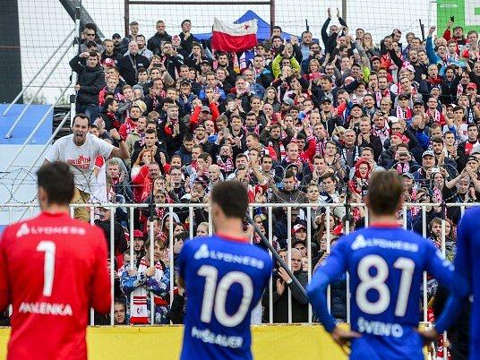 Fotbalisté Slavie při děkovačce sfanoušky po výhře 3:0 vHradci Králové