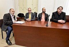 Advokát Jan Švarc, reportér Miroslav Dobeš, tlumočník a překladatel Adam Homsi a novinář Pavel Kofroň v soudní síni.