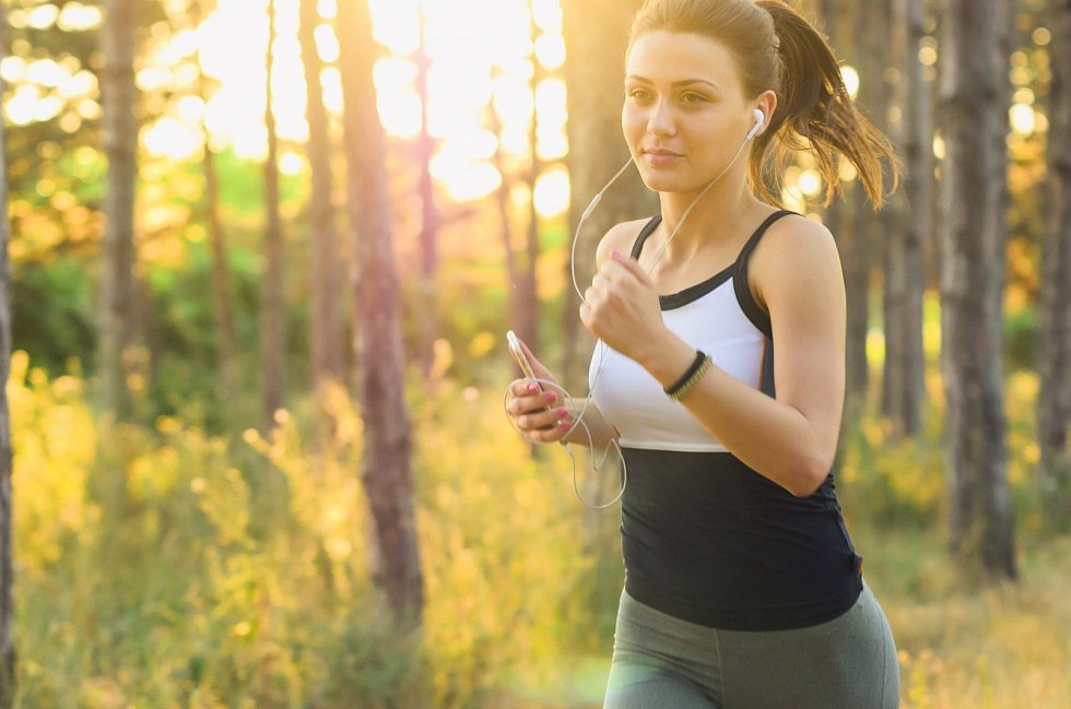 Fyzicky náročnější aktivity si naplánujte na chladnější denní dobu. Jste-li zvyklí chodit běhat, nazujte boty časně z rána nebo k večeru, kdy je slunce schované.