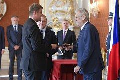 Tomáš Petříček (vlevo) byl jmenován prezidentem Milošem Zemanem ministrem zahraničí.
