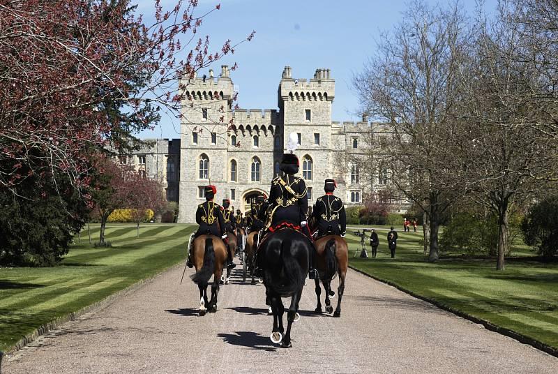 Příjezd příslušníků The King's Troop Royal Horse Artillery do Windsoru