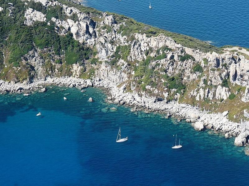 Národní park Port Cros zabírá celý ostrov. Nesmí po něm jezdit auta, ani kola. Na ostrov se dá dostat pouze lodí.