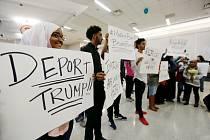 Stovky lidí protestovaly proti Trumpovu migračnímu příkazu