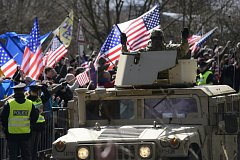 Vozidla konvoje americké armády směřující z cvičení v Pobaltí na základnu v bavorském Vilsecku dorazila 30. března do areálu kasáren v pražské Ruzyni. Na cestu do Německa vyrazí 1. dubna.