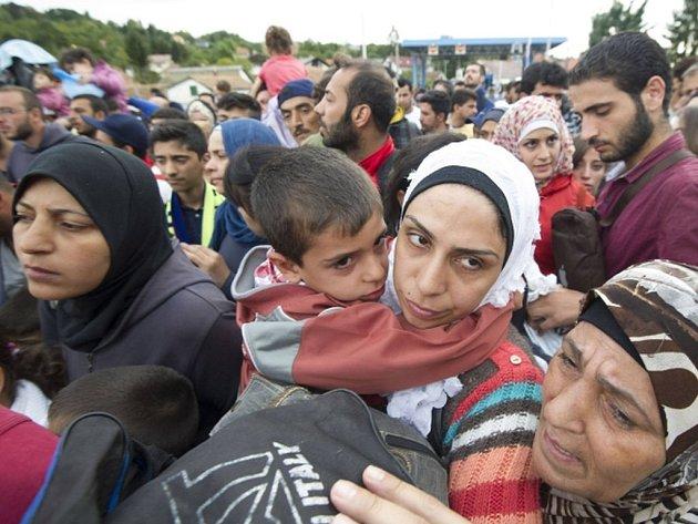 Ve Slovinsku se vydala na pochod k rakouské hranici z Mariboru a Lenartu skupina asi 250 uprchlíků. Policie se je snaží přesvědčit, aby se vrátili do uprchlických zařízení.