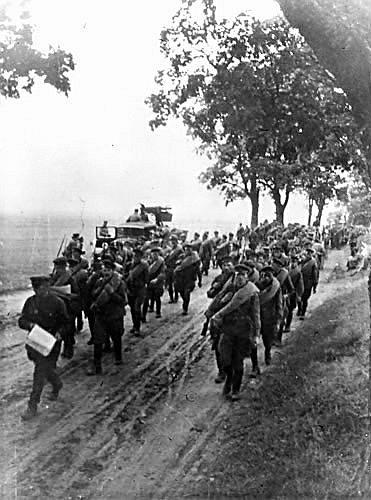 Ruští vojáci pochodují v září 1939 Polskem