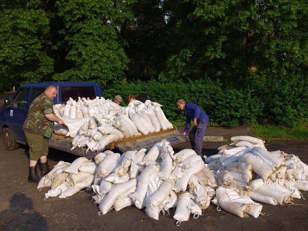 Povodně 2013 - Lidé svážejí pytle s pískem.