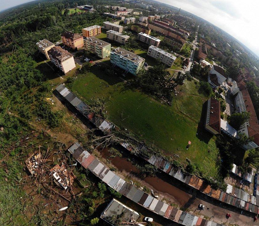 Následky ničivého tornáda v Hodoníně