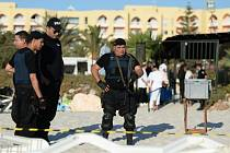 Pachatele pátečního atentátu v Tunisku bylo možné zastavit dříve, pokud by ochranka hotelu včas informovala místní policii.