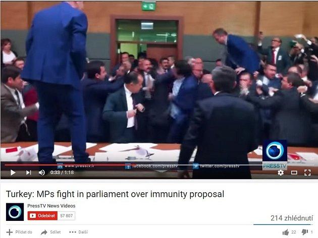 V tureckém parlamentu se kvůli rušení imunity strhla další rvačka.