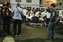 Situace před budovou policejní stanice krátce po útoku