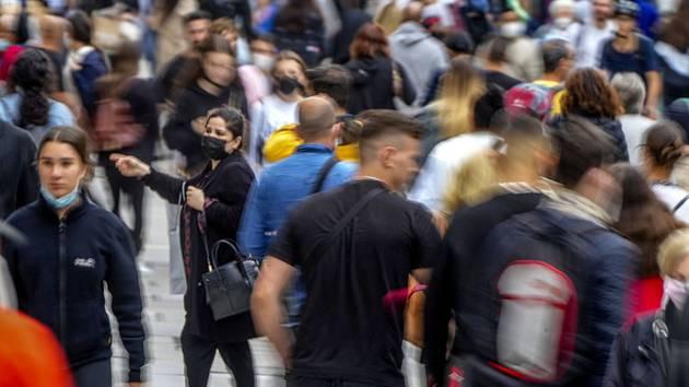 Lidé na nákupní třídě ve Frankfurtu