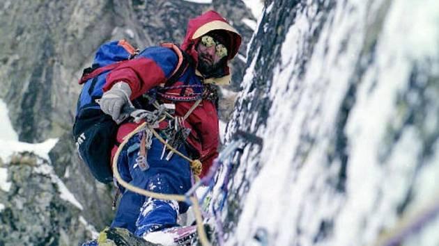 Horolezec na stěně. Ilustrační foto