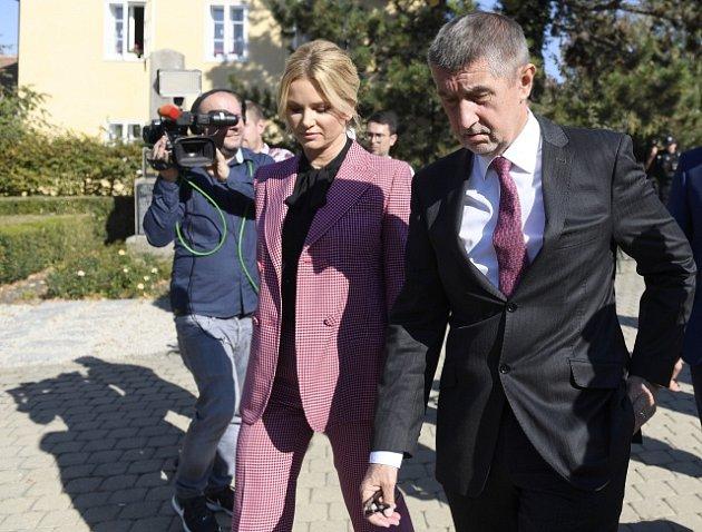 Andrej Babiš s manželkou Monikou při odchodu z volební místnosti v Průhonicích.