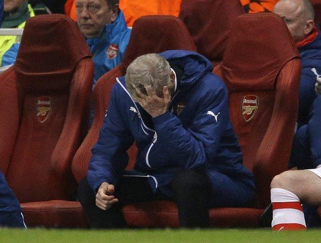Ten pán s hlavou v dlaních je trenér Arséne Wenger. Jeho Arsenalu reálně hrozí, že ve slavné Lize mistrů skončí už v osmifinále.