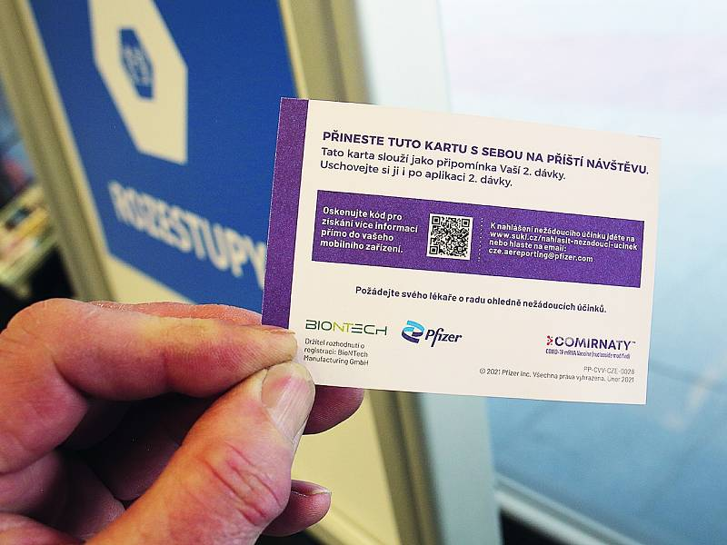 Na kartičce je uvedena šarže vakcíny, datum a čas aplikace druhé dávky