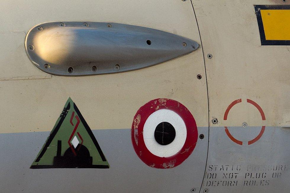 """Stíhačky """"zdobil"""" trojúhelníkový symbol bojového úkolu se siluetou jaderného reaktoru uprostřed a znak iráckého letectva"""