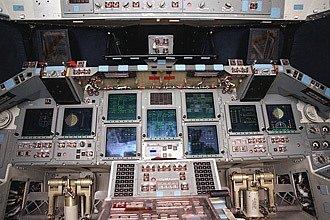 Kokpit. Takhle vypadá interiér raketoplánu Atlantis. Právě poslední mise tohoto stroje byla zároveň posledním letem amerického raketoplánu do vesmíru.
