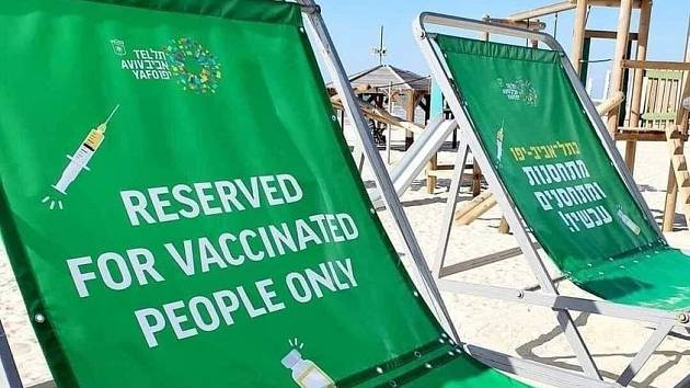 Pláž jen pro vyvolené? Ve skutečnosti jde o staženou kampaň města Tel Aviv, která měla propagovat očkování, anglický text vznikl podle mluvčího radnice nedopatřením