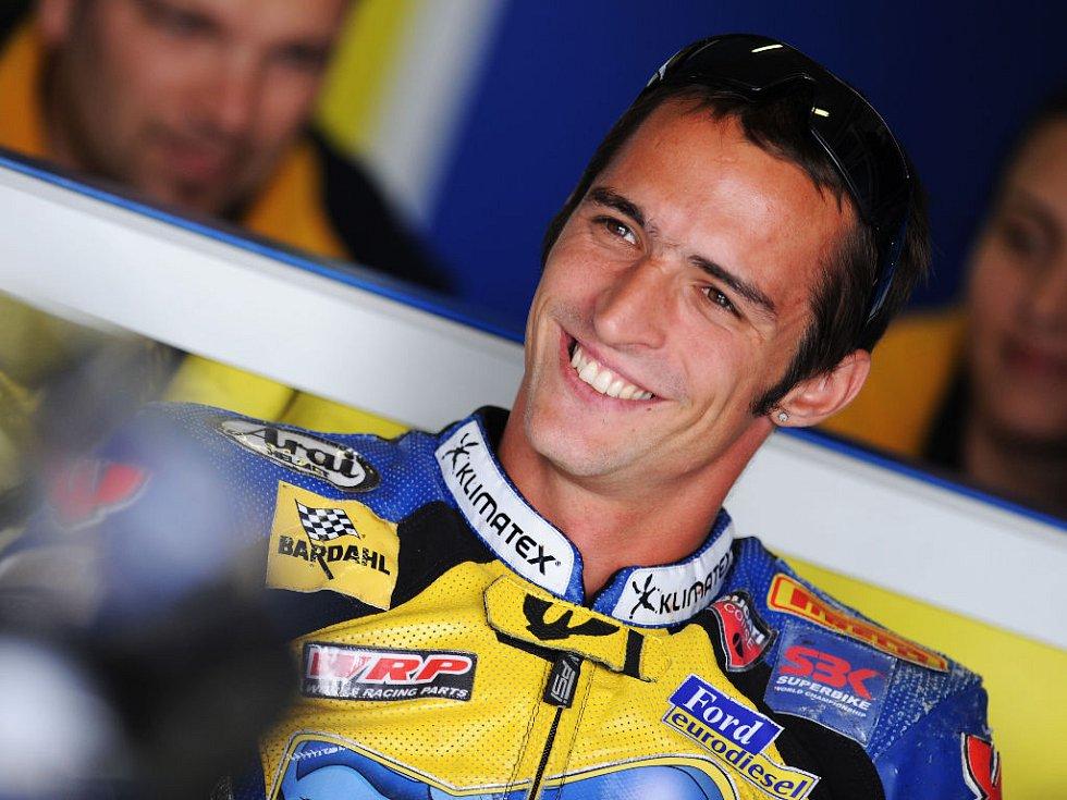 Český motocyklový jezdec Jakub Smrž si domácí podnik mistrovství světa superbiků zatím užívá.