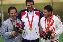 Česko má druhé zlato. Štastný olympijský vítěz David Kostelecký s dalšími dvěma medailisty - Italem Pellielem (vlevo) a Rusem Alipovem.
