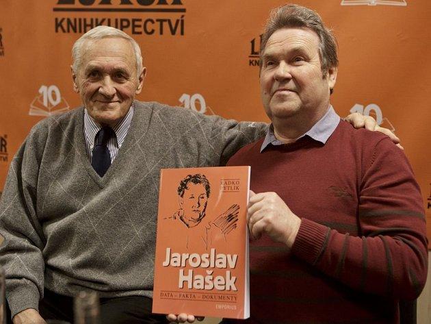 """Křest knihy Radko Pytlíka """"Jaroslav Hašek (data – fakta – dokumenty)"""" proběhl 2. dubna v Praze. Na snímku spisovatel Zdeněk Mahler a vnuk Jaroslava Haška Richard."""