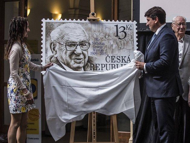 Ředitel České pošty Martin Elkán a britská velvyslankyně Jan Thompsonová představili 2. září v Praze příležitostnou známku s názvem Pocta siru Nicholasovi.