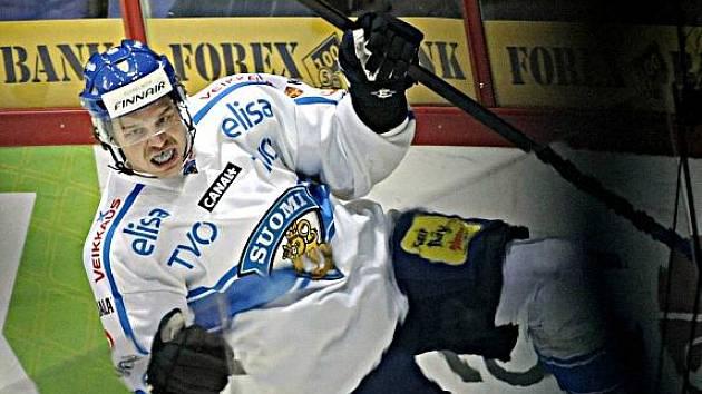 Janne Pesonen z Finska se raduje z trefy do sítě Jakuba Štěpánka.