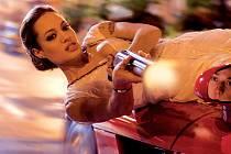 PROKLATĚ OSTRÁ FOX. Angelina Jolieová rozdává rány, střílí zákeřné kulky a vozí se po kapotách aut. Víc nechtějte...