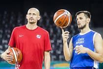 Asistent trenéra českých basketbalistů Luboš Bartoň a rozehrávač Jakub Šiřina (vpravo) při tréninku na mistrovství Evropy v Kluži.