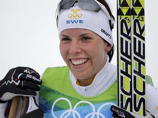 Švédka Charlotte Kallaová slaví olympijské zlato v běhu na 10 km klasickou technikou.