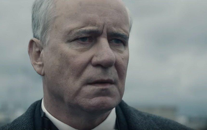 Seriál HBO Černobyl. Herec Stellan Skarsgård.