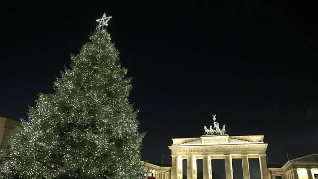 Vánoční strom u Braniborské brány v Berlíně na snímku z 25. listopadu 2020