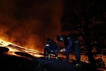 Armádní specialisté měří hodnoty koncentrace plynu po erupci sopky na španělském ostrově La Palma, 28. září 2021