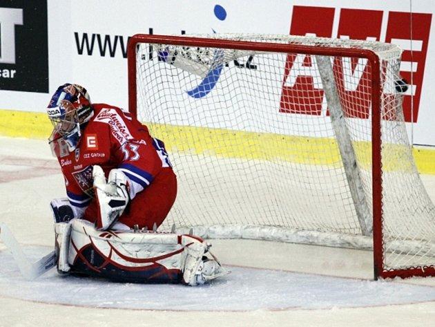 Brankář české reprezentace Jakub Štěpánek inkasuje gól.