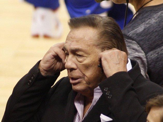 Majitel LA Clippers Donald T. Sterling byl za rasismus doživotně vyloučen z NBA a dostal pokutu 2,5 milionu dolarů.