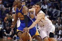Leandro Barbosa z Golden State (vlevo) a Goran Dragic z Phoenixu.