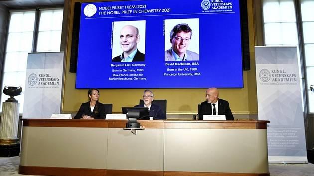 Generální tajemník Královské švédské akademie věd Goran Hansson (uprostřed) oznamuje laureáty Nobelovy ceny za chemii. Ocenění letos získali společně Němec Benjamin List a britský rodák působící v USA David McMillan.