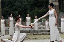 Ve starověké Olympii byl zapálen oheň pro olympijské hry v Londýně.