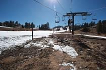 Sněhová pokrývka v kalifornských horách, obvykle vydatný zdroj vody, dosahuje pouhých pěti procent dlouhodobého průměru. Snímek je ze Snow Valley.