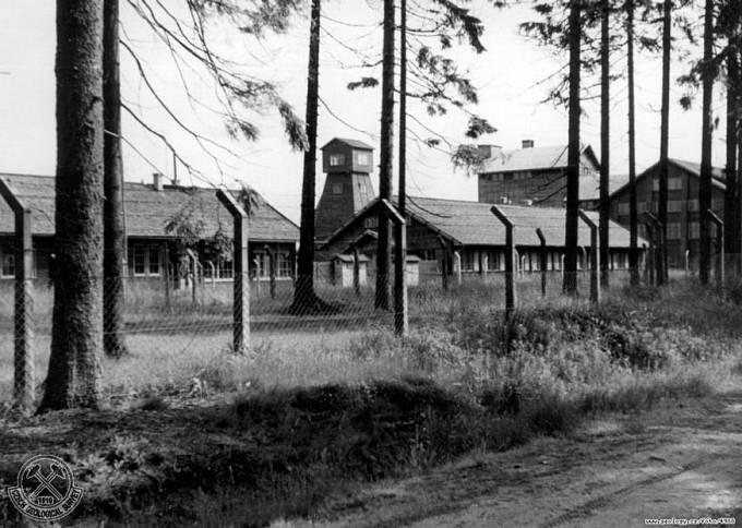 Fotografie důlního závodu Rolava z roku 1946. Těžní věž, část úpravny, vstupní brána