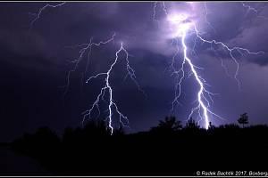 Lovci bouřek fotí děsivé mraky i nebezpečné blesky