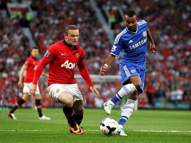 Wayne Rooney z Manchesteru United pronásleduje Aschleyho Colea z Chelsea.