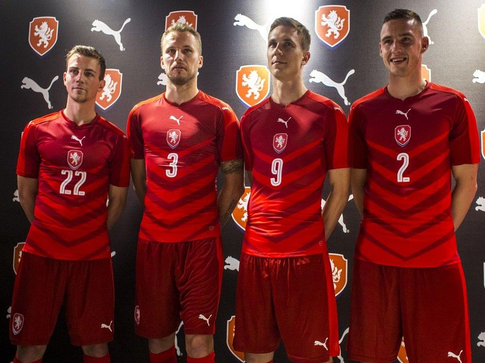 Čeští fotbalisté (zleva) Vladimír Darida, Michal Kadlec, Bořek Dočkal a Pavel Kadeřábek v nových dresech pro Euro 2016.