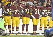 Fotbalisté, kteří působí v americké NFL, protestují proti rasové nerovnosti.