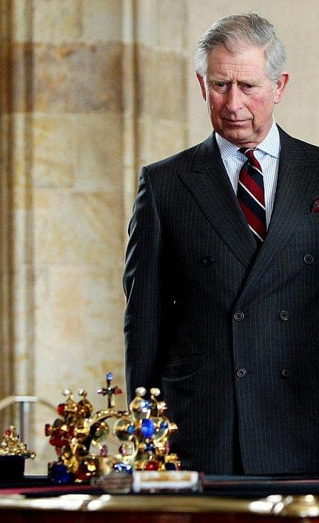 Princ z Walesu Charles si společně s manželkou Camilou, vévodkyní z Cornwallu, prohledli kopii korunovačních klenotů při začátku jejich čtyřdenní návštěvy.