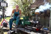 """Zubař Petr Vidner se nejraději """"vrtá"""" ve svých miniaturních parních lokomotivách."""
