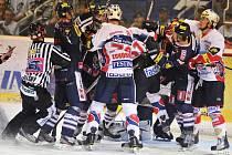Hokejisté Pardubic (v bílém) v hromadné bitce s Libercem.