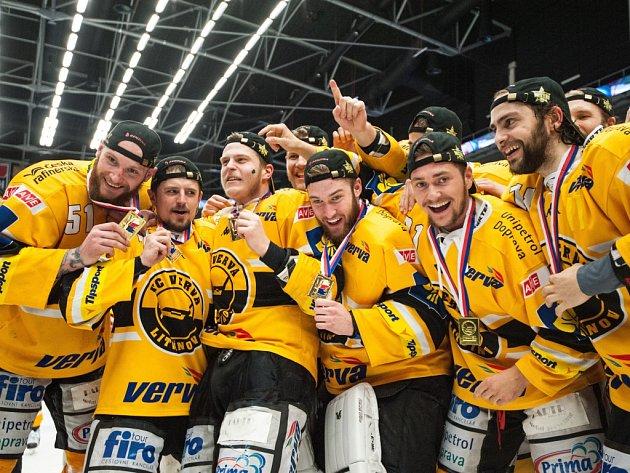 Hokejisté Litvínova slaví mistrovský titul.